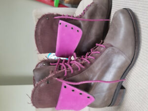 COLE HAAN GENUINE LEATHER LACE UP BOOTS- LIKE NEW- Size 7