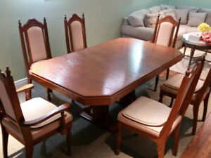 Beautifull Dinning Table and 6 Chairs.