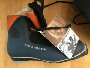 Brand New Salomon Escape 4 (Traditional/Leisure) ski boots