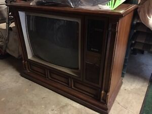 Old School Hitachi Tube Tv in wooden box