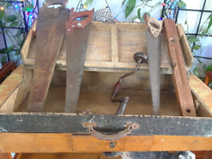 OLDER CARPENTER,S BOX WITH ASSORTED HAND SAWS