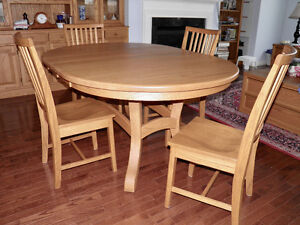 Beautiful Dining Table with 6 chairs, solid oak.