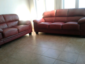BURGUNDY LEATHER SOFA SET/SET DE SOFA BORDEAUX EN CUIR