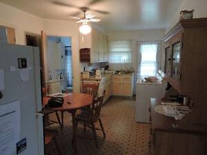Bedford, 5 1/2, logement éclairé, 520$, grd terrain,près de tout