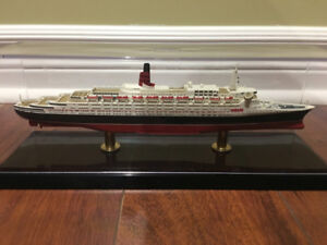 ** RARE MODEL ** Cunard RMS Queen Elizabeth 2 with Display Case