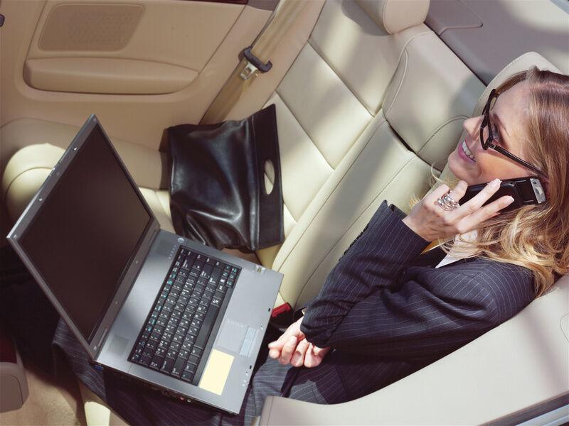 Spannungswandler: So können Sie auch Ihr Notebook auf langen Autofahrten nutzen