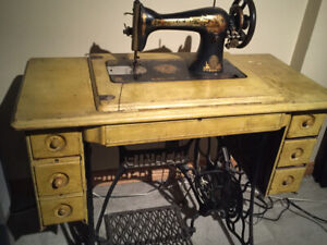 Antique Singer Sewing Machine / Machine a coudre antique Singer