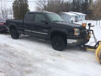 2004 CHEVY SILVERADO 2500HD 4X4 AND 8' PLOW