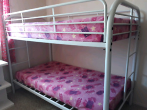 very clean bunk bed