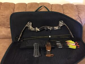 Compound Bow with Arrows, Quiver, Case, Armguard and Glove