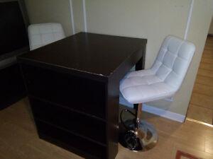 bureau avec deux jolies chaises blanches en cuir