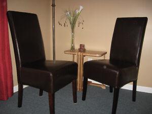 2 chaises de salle à dîner