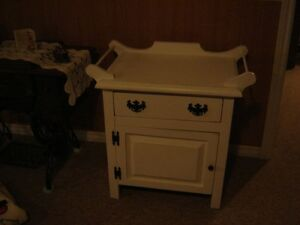 WHITE DISTRESSED WASHSTAND