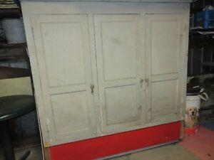 Vieille armoire antique, artisanale