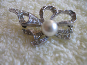 CHARMING OLD VINTAGE BROOCH with GLITTER & FAUX PEARL ACCENT