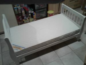 lit de transition d'enfant avec matelas, sous-drap et toutous