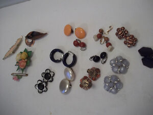 JEWELLERY = EARRINGS & BROOCHES - ASSORTMENT