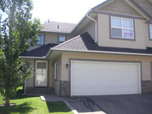 BEAUTIFUL AND LARGE HALF DUPLEX IN GREAT COMPLEX - OPEN CONCEPT
