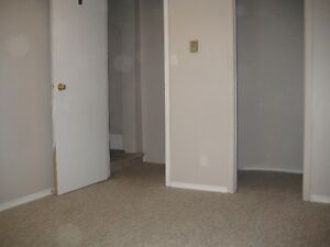 6 BDRM DOWNTOWN STUDENT HOUSE - $425 - ALL INCLUSIVE Peterborough Peterborough Area image 8