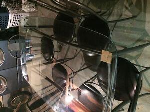 table a manger 6 chaises  819-210-8561 peux faire livraison !