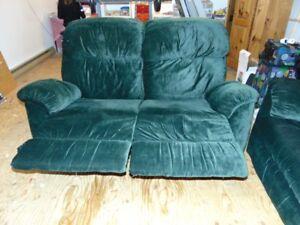 2 sofas divans en tissu vert forêt dont un inclinable