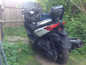yamaha xmax 400 that has a vandalism damage