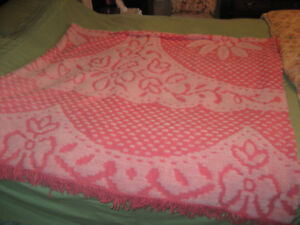 PRETTY  PINK CHENILLE TYPE DOUBLE/QUEEN BEDSPREAD, GREAT COND!