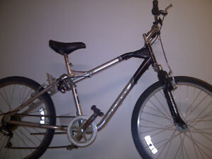 """Vélo Hybride Schwinn en très bonne condition 26"""" seulement 120$."""