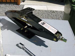 2 jacks (cric ciseau) pour véhicule récréatif (roulotte)