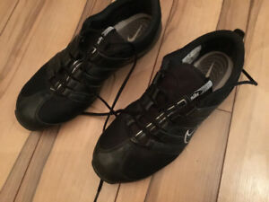 BLACK NIKE LADIES SOCCER SHOES SIZE 9.5