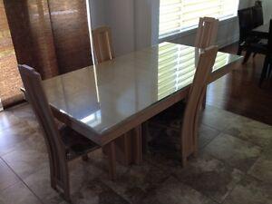 Table de cuisine en bois avec 4 chaises
