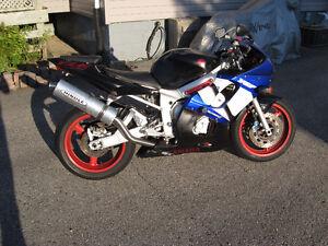 2001 yamaha yzf-600r6  fixer or parts bike