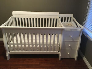 White 4 in 1 crib with Changer