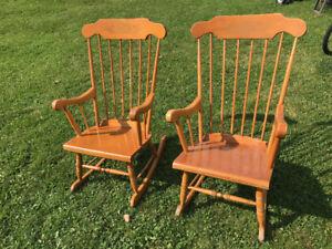 Trois chaise berçeuse et une commode a 35.00 chacune .