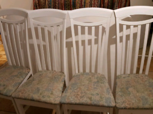 Table avec 4 chaises $50 / Table and 4 chairs