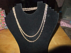 Vintage Pre-Owned Like New AVON Necklace gold tone