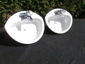 "2 lavabos ""Crane"" et 2 robinets  ""Delta"" usagés"
