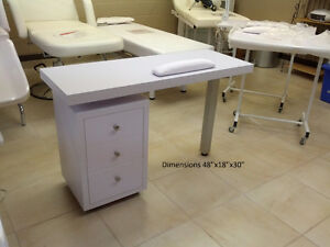 Table de manucure usagée /Used manicure table