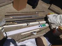 Plusieurs ensemble de pôles à rideaux et stores