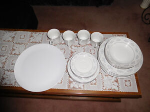 BEAUTIFUL 20 PIECES PORCELAIN DINNER WARE SET. West Island Greater Montréal image 3