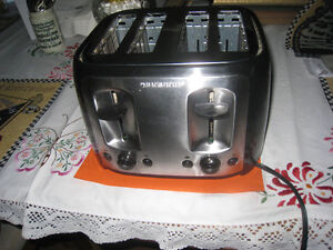 4 SLICE BLACK AND DECKER TOASTER