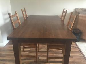 Table de cuisine et 4 chaises en bois