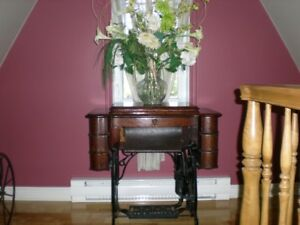 ANTIQUE 'NEW WILLIAMS' SEWING MACHINE TABLE
