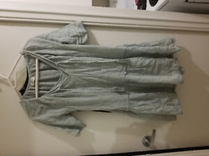 Cute never worn loose fit aritzia dress looks great w/everything