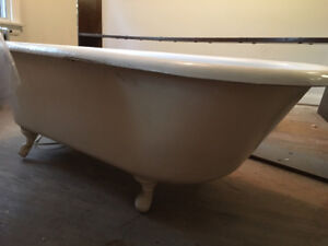 Vintage cast iron bathtub (downtown Toronto)