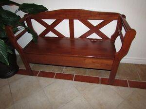Beau banc en bois avec rangement