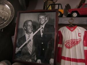 GORDIE HOWE AND WAYNE GRETZKY GLOSSY PIC Peterborough Peterborough Area image 1