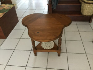 Clover pine wood table