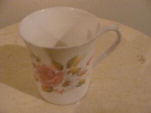 tasse en fine porcelaine signé Royal Minster (1)
