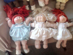 Collection of vintage cabbage patch dolls and clothes 1980s  co